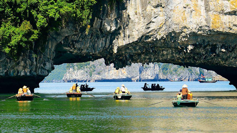 rowing boat halong bay