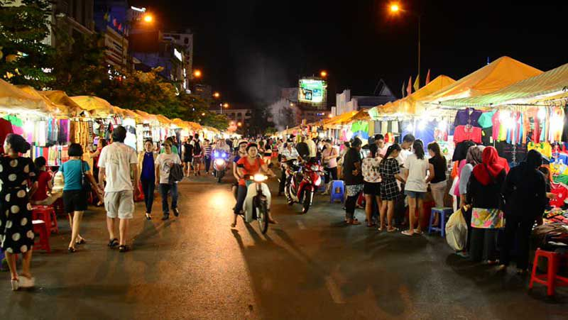 walking ben thanh night market