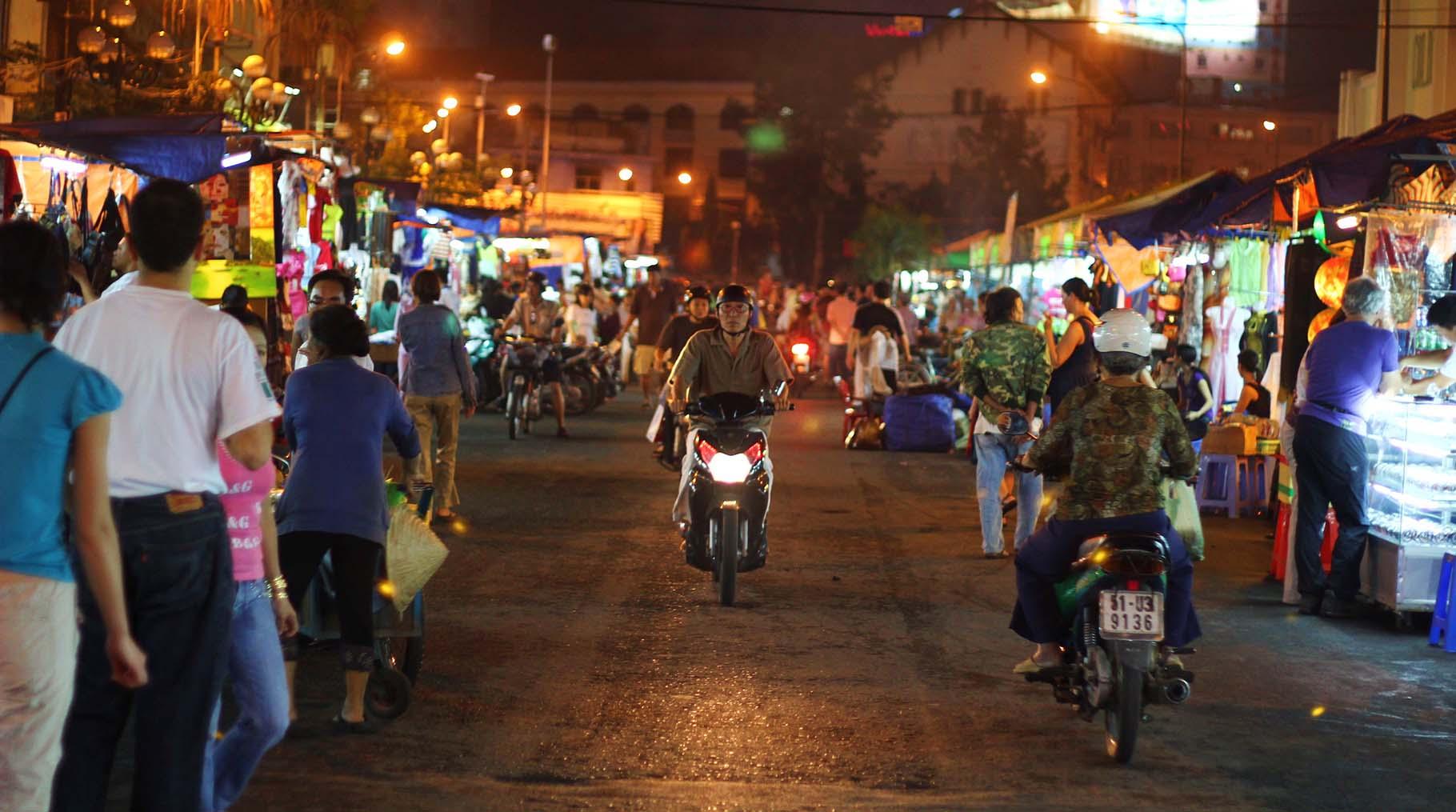 walking ben thanh night market