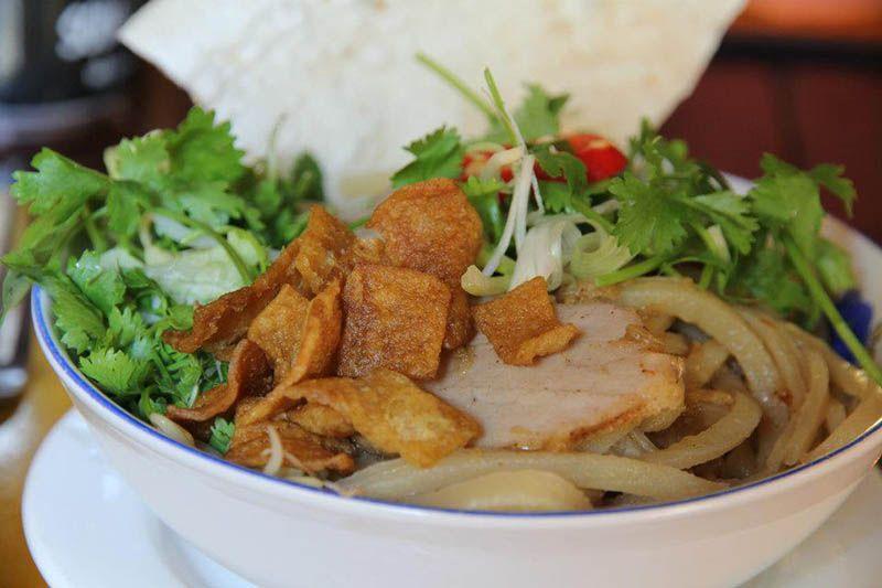 cao lau hoi an street food