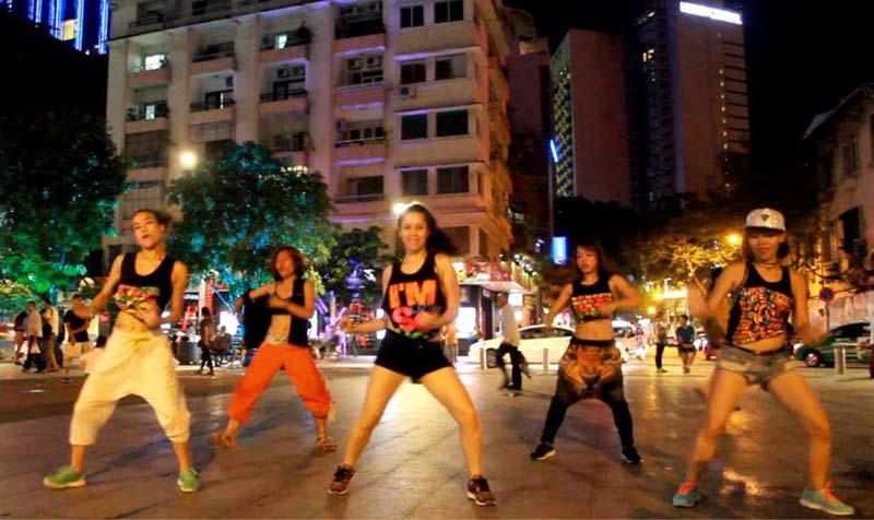 nguyen hue walking street saigon